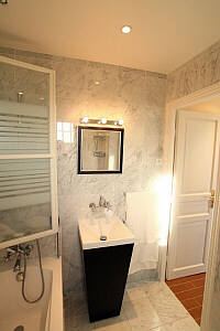 Paris Apartment: bath 03